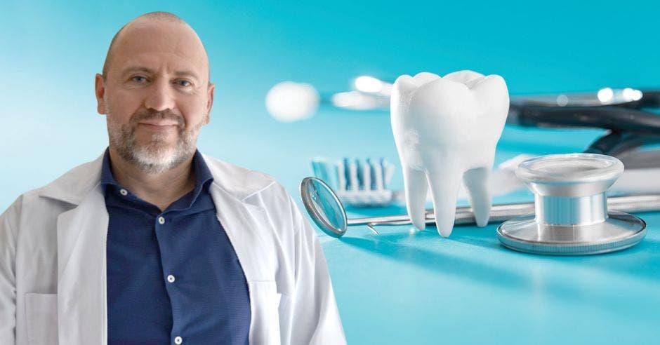Sergio Castro y una ilustración de un diente