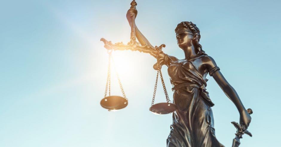 Vemos la estatua de la justicia