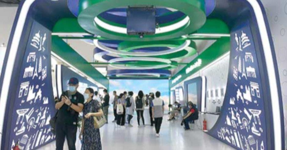 Personas visitan el área de exhibición integral de la Feria Internacional de Comercio de Servicios de China 2020 (CIFTIS, por sus siglas en inglés) en Beijing, capital de China, el 6 de septiembre de 2020. La CIFTIS 2020 es el primer gran evento económico y comercial internacional celebrado en línea y fuera de línea por China desde el brote de la COVID-19. Un total de 18.000 empresas e instituciones de 148 países y regiones y unas 100.000 personas se han inscrito para participar en la feria. (Xinhua)