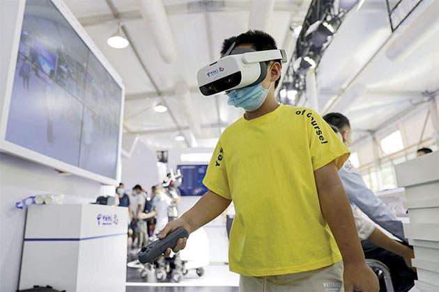 Un niño prueba un videojuego de Realidad Virtual, en el área de exposición de servicios de comunicación 5G, de la Feria Internacional de Comercio de Servicios de China 2020 (CIFTIS, por sus siglas en inglés), en Beijing, capital de China, el 5 de septiembre de 2020. La CIFTIS se llevará a cabo del 4 al 9 de septiembre en Beijing. (Xinhua)