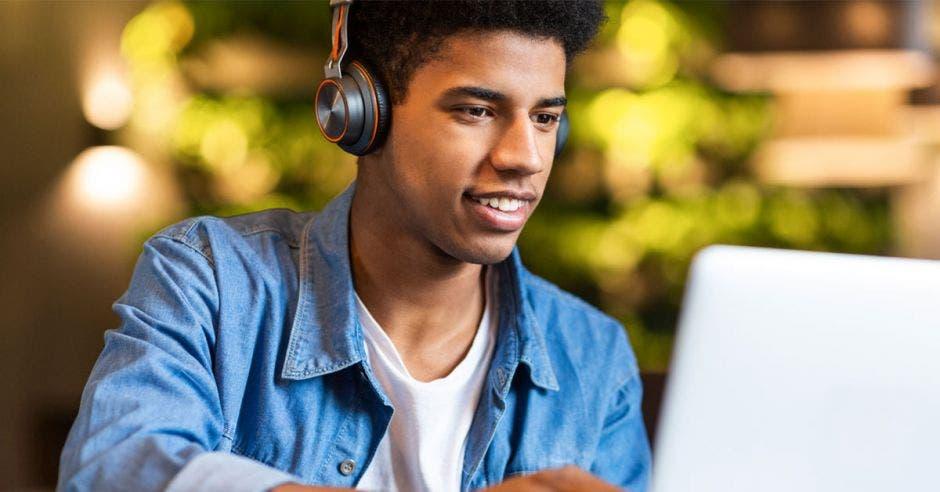 Vemos a un adolescente usando la computadora