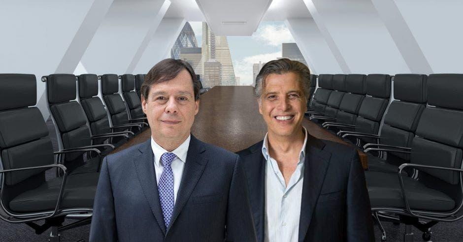 Dos hombres frente a mesa en sala de reuniones