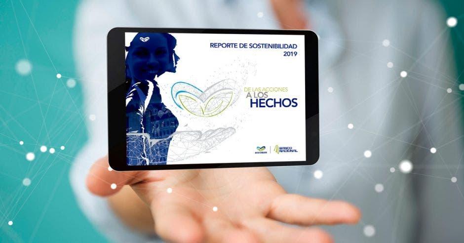 Mujer sostiene tablet