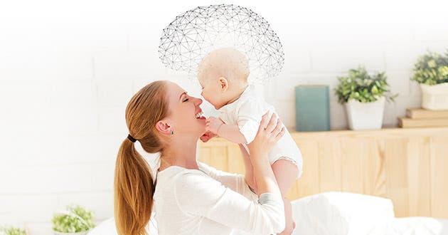 Una madre alzando a su bebé