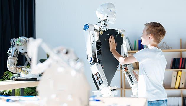 Niño mirando un robot