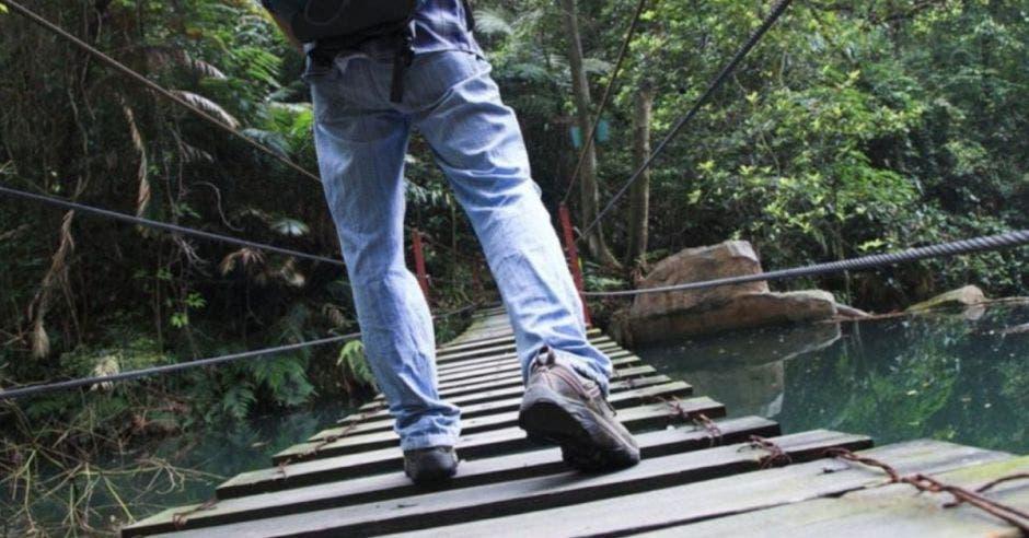 Persona caminando en puente