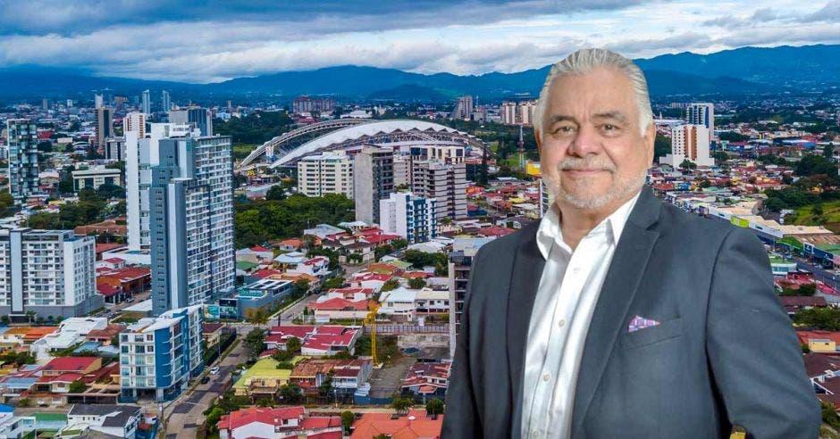 Randall Fernández, Socio Director General de Zentral Real Estate, con la zona de Rorhmoser de fondo