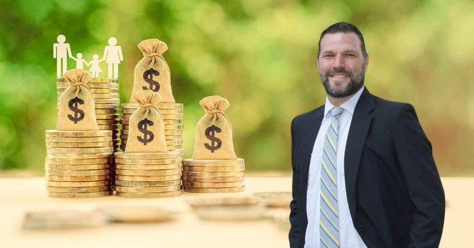 Hombre de traje frente a personas con monedas y bolsa de dinero