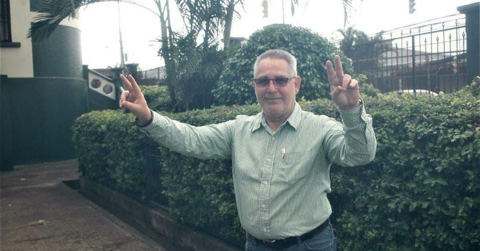 Hombre de avanzada edad con manos hacia arriba