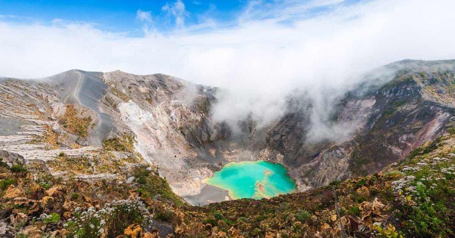 Volcán Irazu al lago esmeralda en el cráter. América Central. Costa Rica