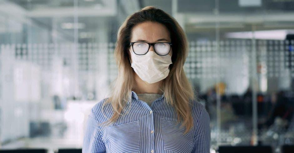 Vemos a una persona con los lentes empañados