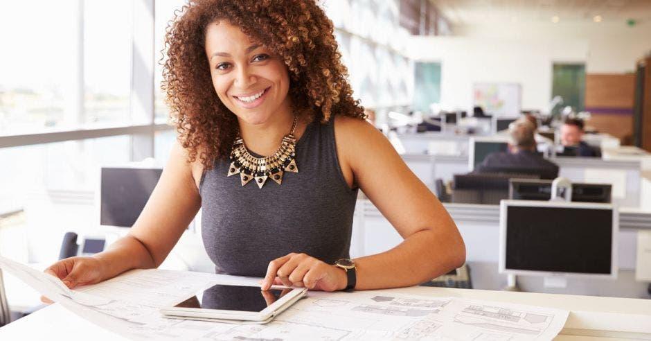 Vemos a una mujer negra empresarial usando una tablet