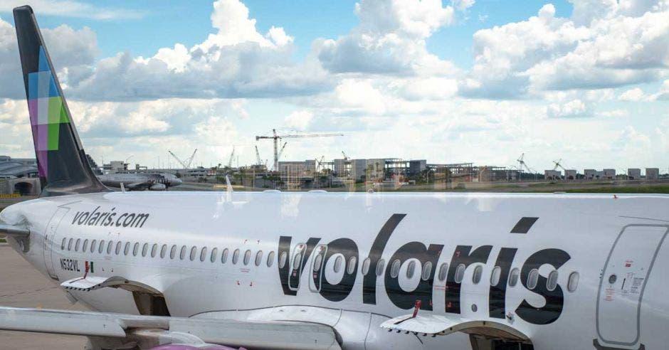 Una avión blanco con la palabra Volaris escrita en el chasis