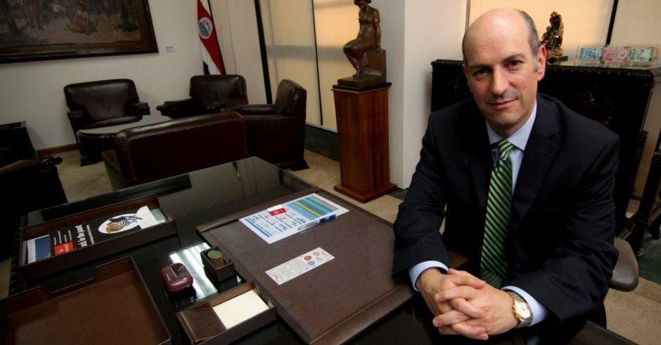 Hombre de traje sentado en oficina