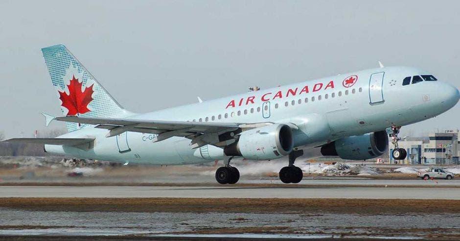 Un avión color blanco con las palabras air canada escritas en él