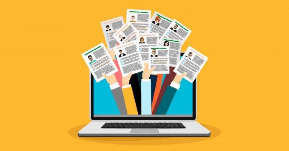 Una ilustración de una computadora y manos saliendo con currículums