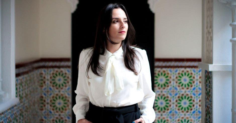 Mujer vestida de blanco