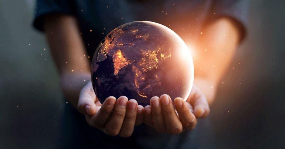 Una persona sostiene un planeta tierra en llamas