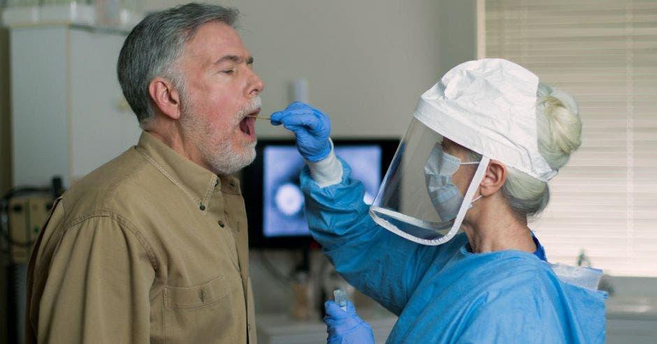 Una persona tomando un test de saliva