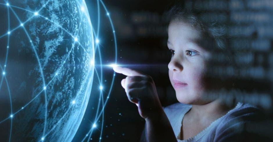 Vemos una niña tocando la tecnología