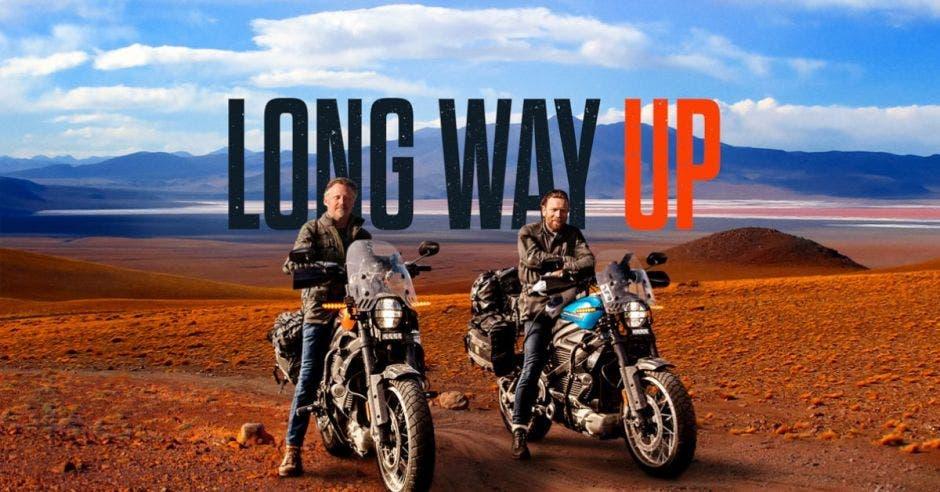 Protagonistas de la serie en moto