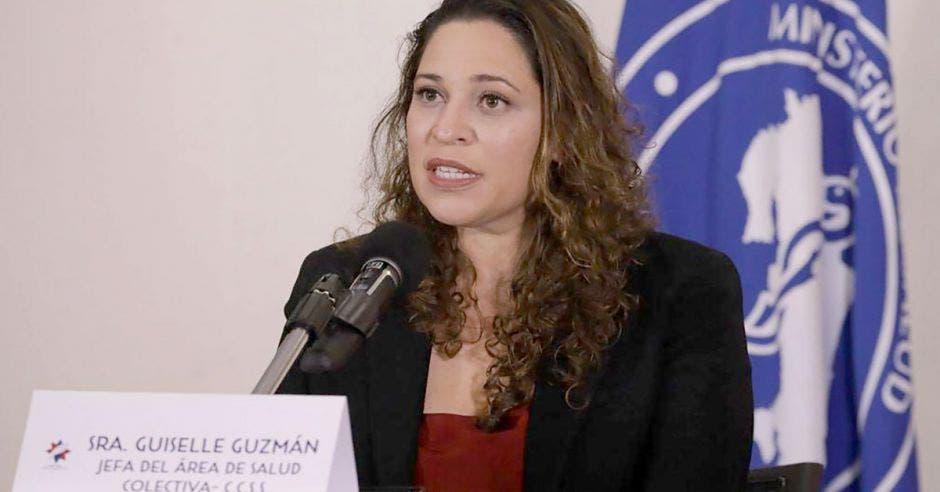 Guiselle Guzmán, jefa del Área de Salud Colectiva de la Caja en una conferencia de prensa.