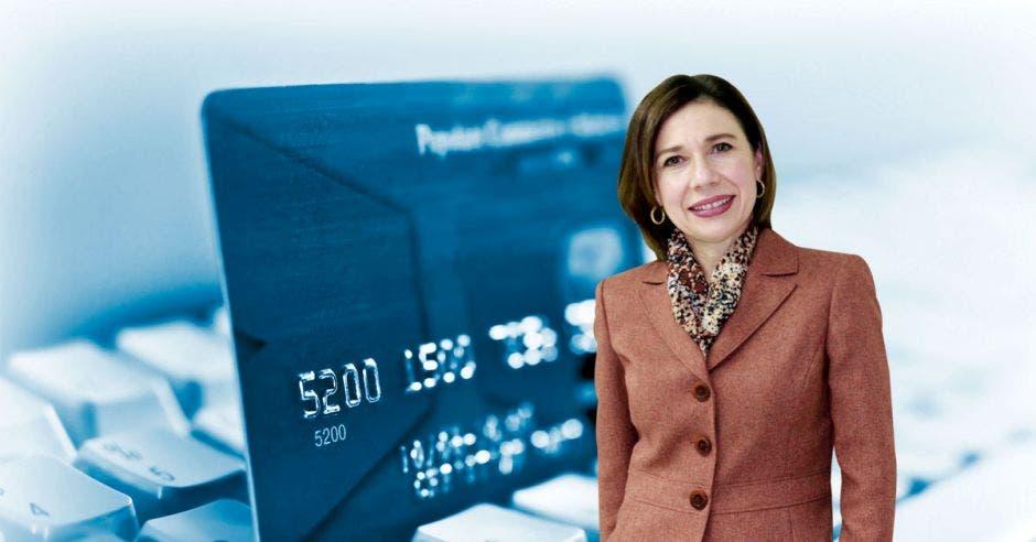 Mujer frente a tarjeta de crédito