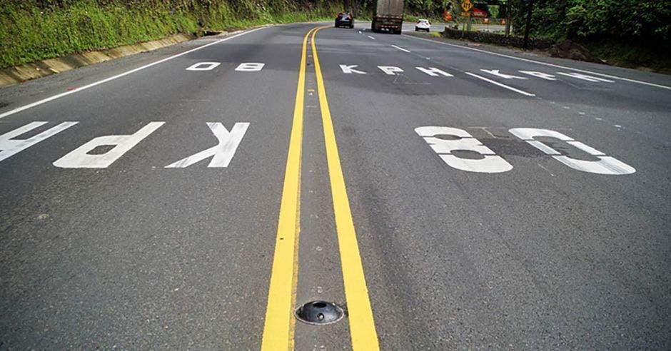 una carretera demarcada con líneas amarillas