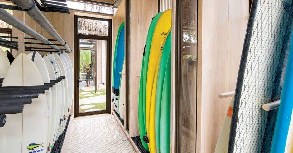 Un salón con tablas de surf de diversos colores