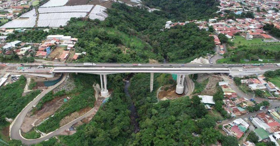 Toma aérea del puente sobre el río Virilla, en Tibás.