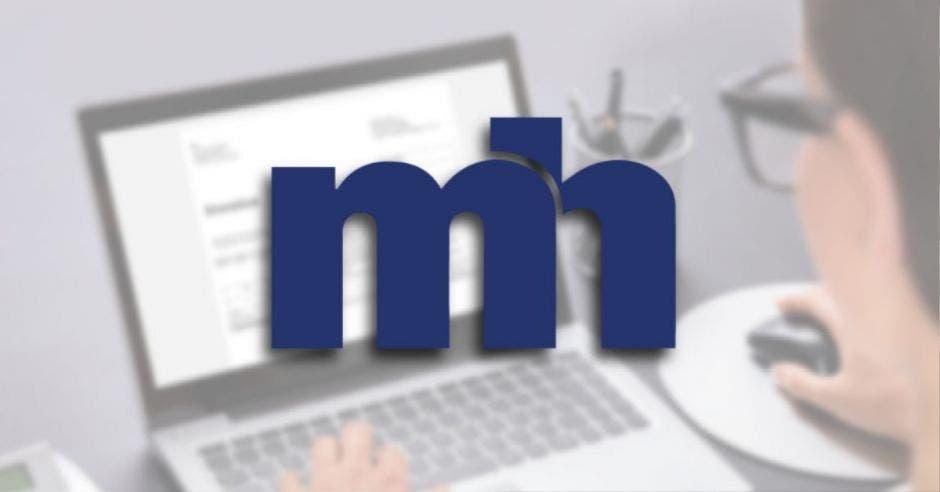 Persona usando computadora con logo de Ministerio de Hacienda