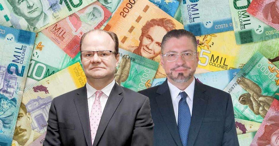 Dos hombres de traje frente a billetes