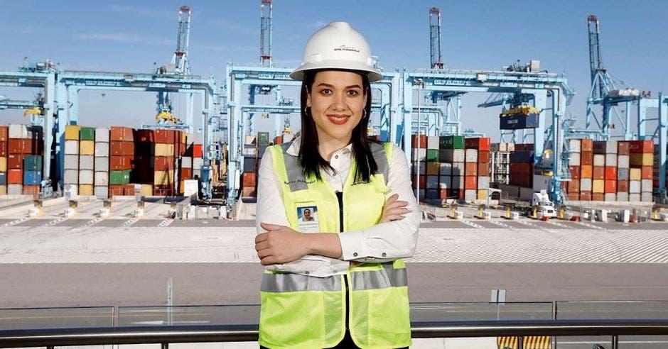 Marliz Bermudez, Directora Comercial de APM Terminals para Latinoamérica, con una terminal portuaria de fondo