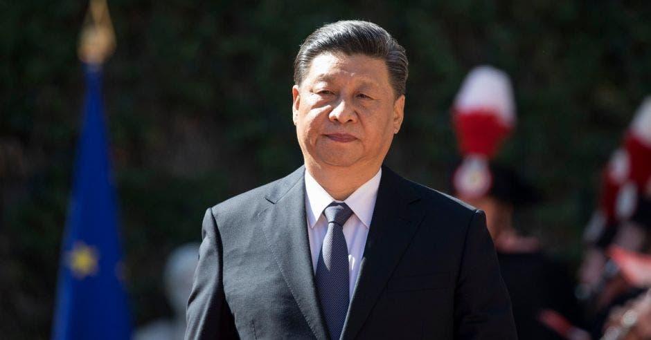 Un hombre asiático de traje oscuro y corbata azul