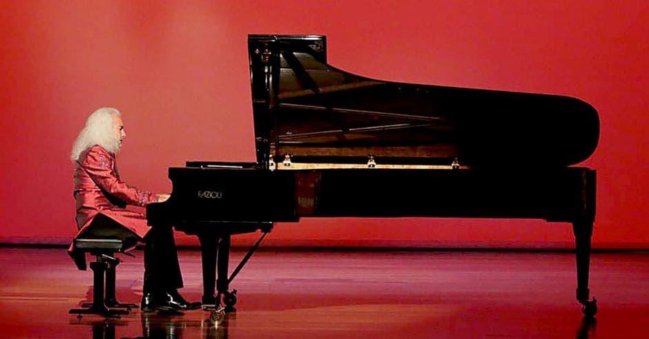Manuel Obregón tocando piano