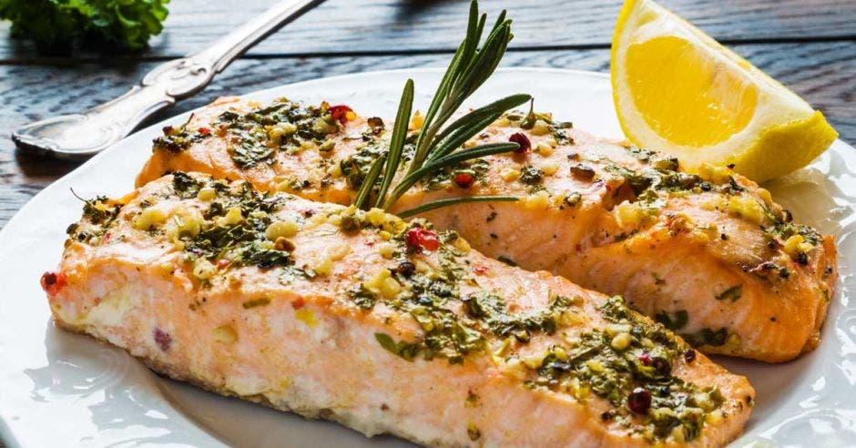 Un salmón cocinado al limon