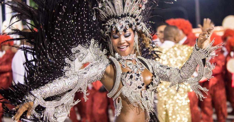Mujer bailando en carnaval