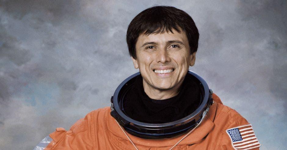Una persona con traje de astronauta color naranja
