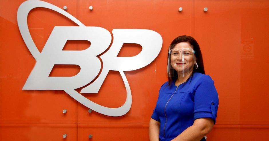 Mujer frente a logo del Banco Popular
