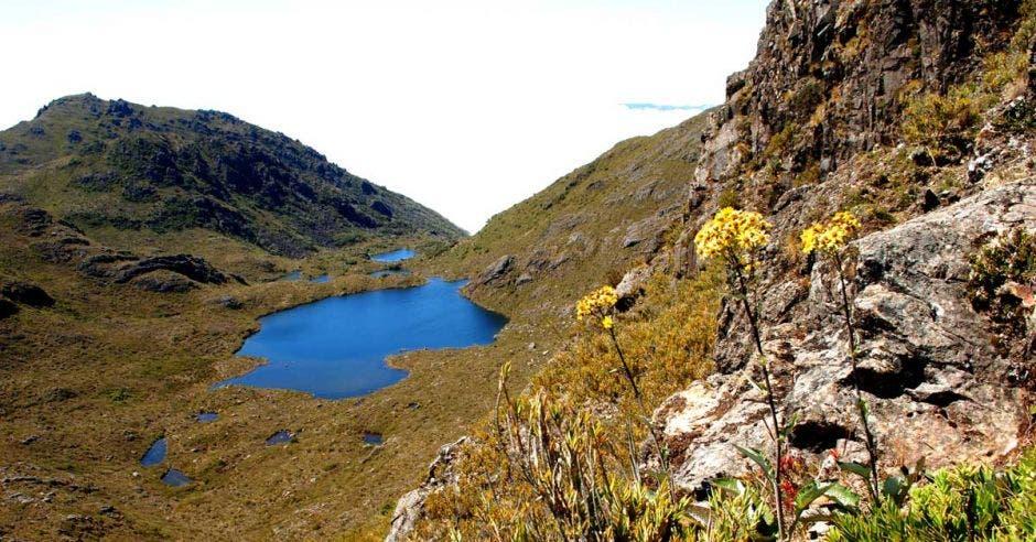 Un lago azul en medio de crestones de piedra