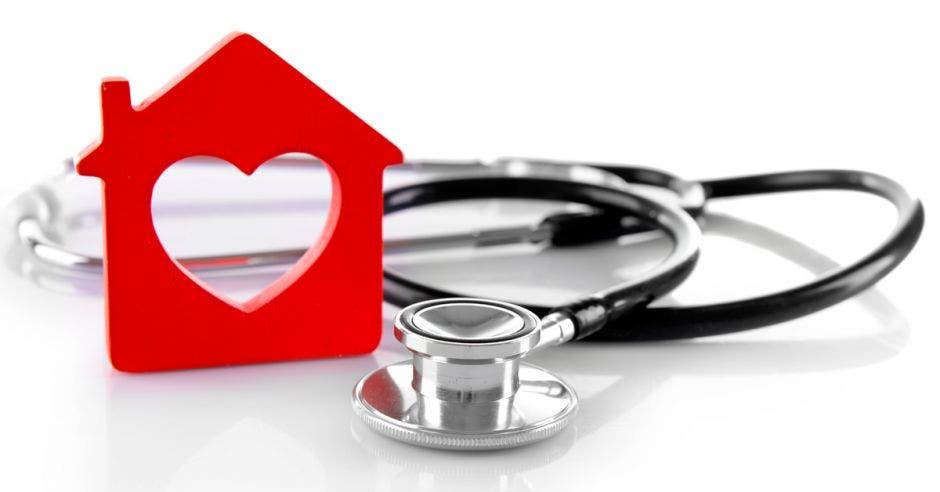 Una casa con forma de corazón y un estetoscopio