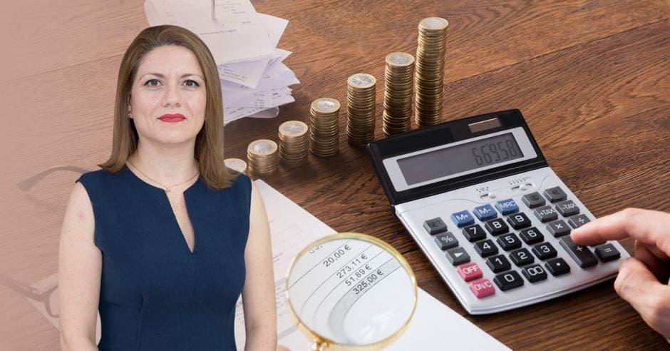 Mujer con monedas y calculadora de fondo