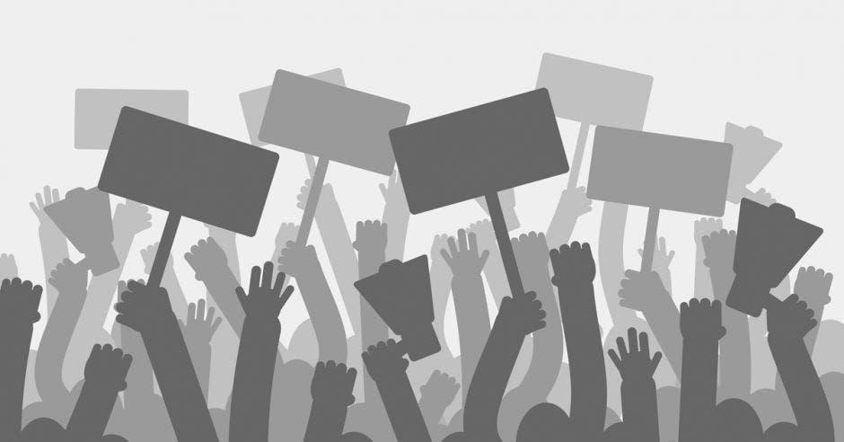 Protesta política con las manos de los manifestantes sosteniendo megáfonos, pancartas y banderas