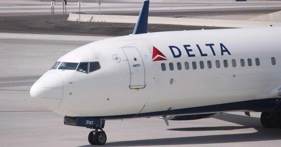 Un avión blanco con ribetes en rojo y azul