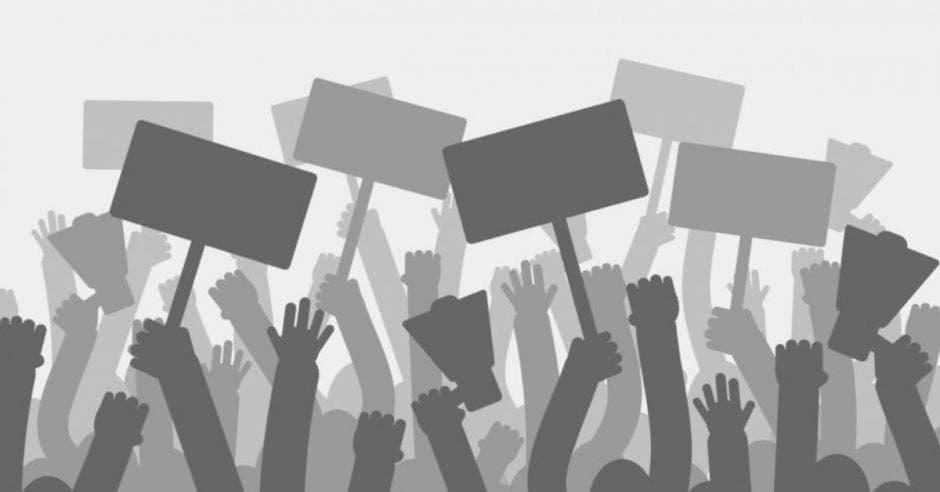 Grupo de manifestantes con pancartas