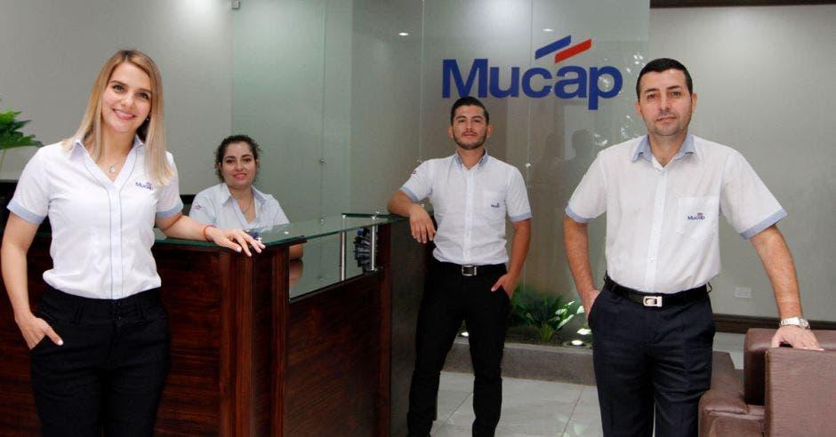 Personas vestidas de blanco en Mucap