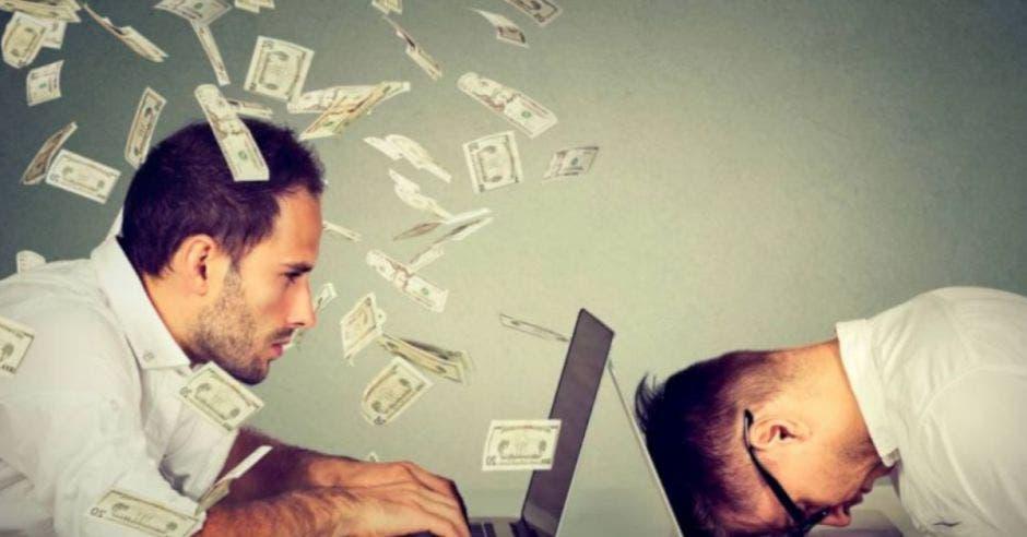 Personas con computadora y otra con dinero
