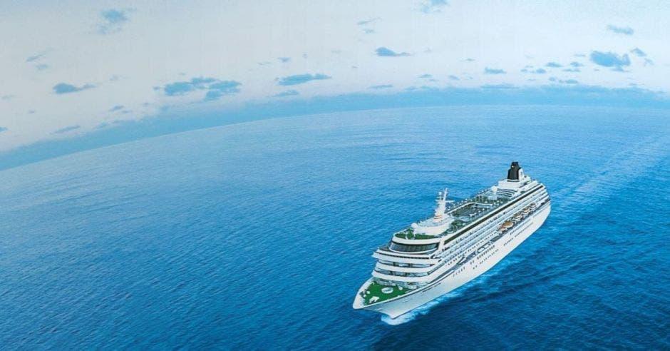 un crucero navega en altamar