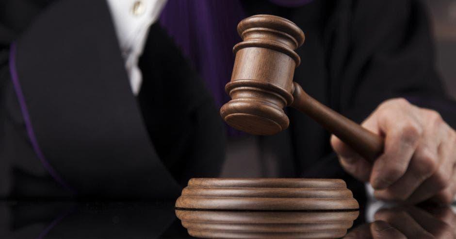 Persona en traje con mazo de juez