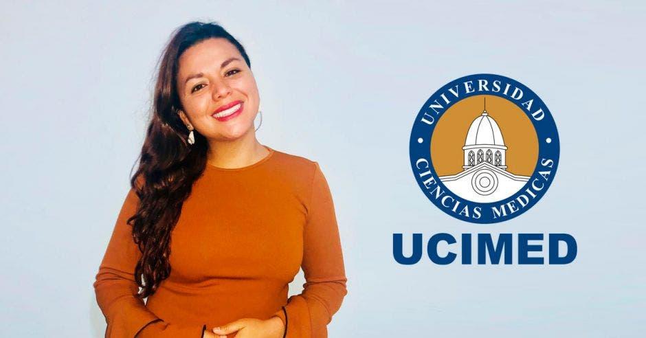 Débora Rivera, presidenta de la Asociación de Fisioterapeutas Egresados de UCIMED y un logo de esa universidad